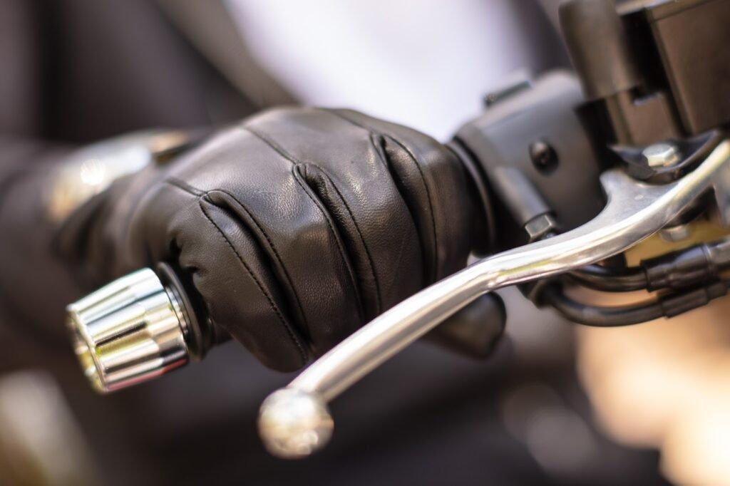 O que não fazer ao frear uma moto